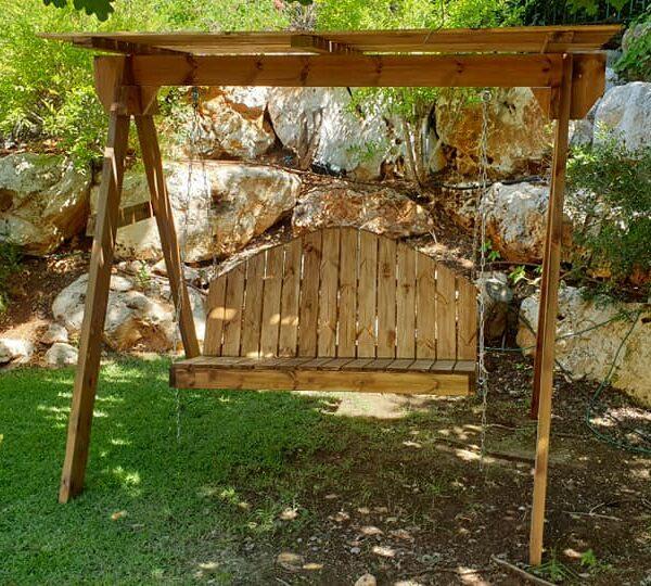 נדנדה מעץ לחצר